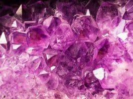 Des pierres précieuses rose en lithothérapie